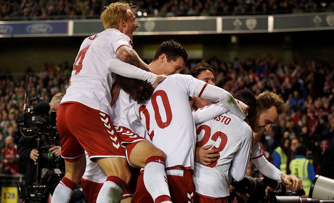 Jogadores da Dinamarca festejam a classificação para a Copa / Clodagh Kilcoyne/Reuters