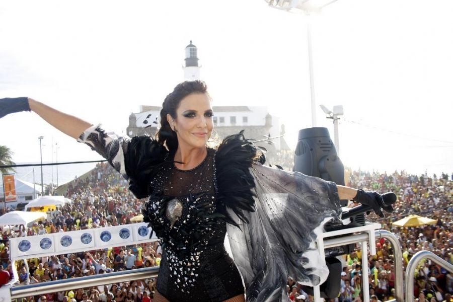 Ivete Sangalo vestida de Águia Rainha