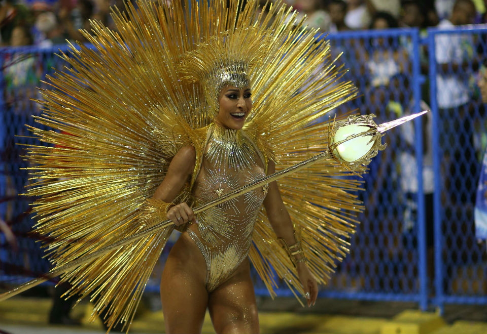 e3da617fefbb1 Após desfilar no Carnaval de SP, Sabrina Sato brilhou na Unidos de Vila  Isabel