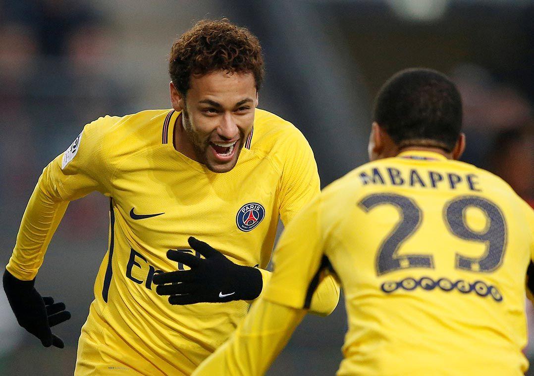 Neymar comemora com Mbappé  brasileiro marcou duas vezes contra o Rennes  (Foto  Stephane Mahe Reuters) b97c1e883e3ff