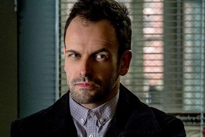 Jonny Lee Miller interpreta Sherlock Holmes na série / Divulgação