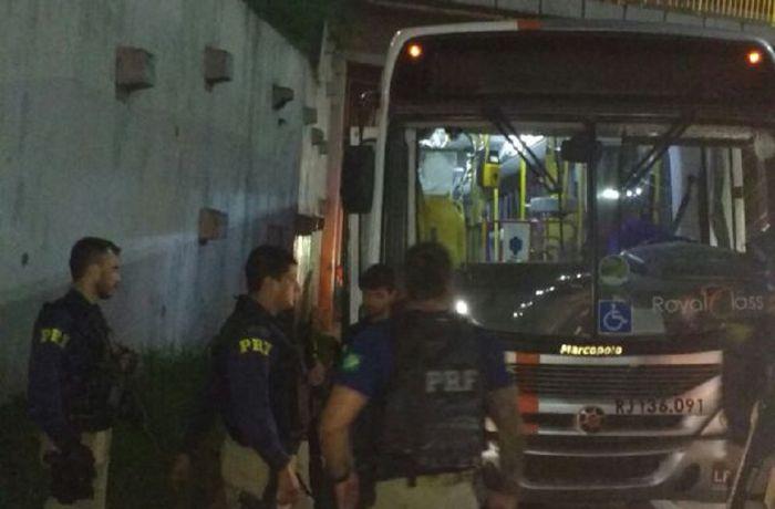 O ônibus foi abordado por agentes da Polícia Rodoviária Federal. / (Foto: Divulgação/PRF)