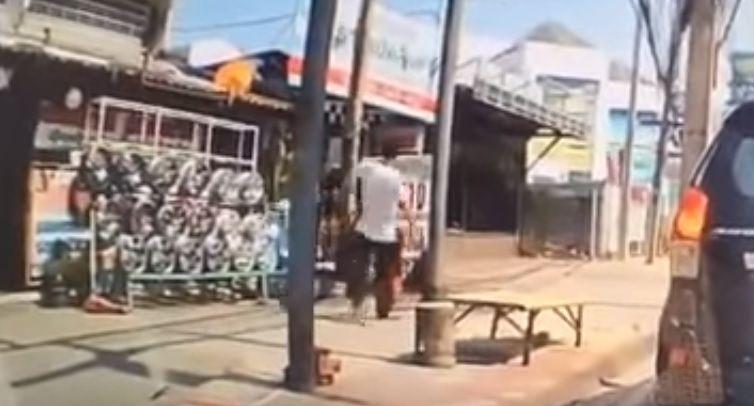 Homem agride criança e sai caminhando na Tailândia