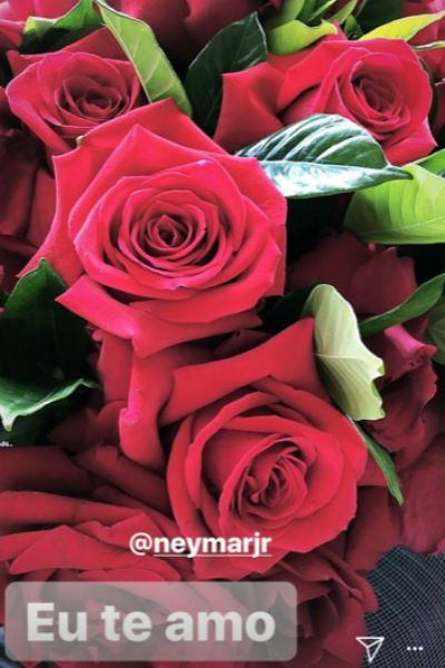 Marquezine ganhou flores de Neymar