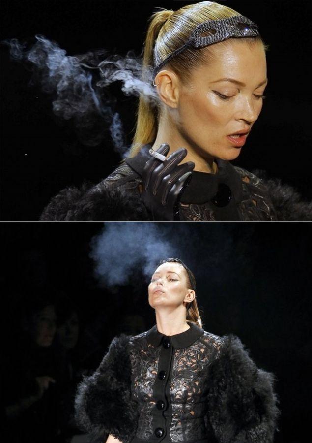 Kate Moss fuma durante desfile em Paris