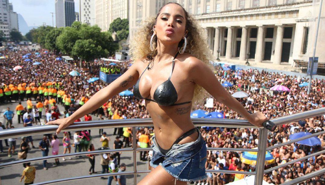 Com biquíni de fita isolante, Anitta comanda bloco no Rio