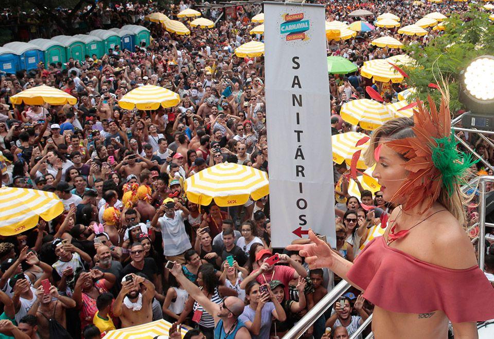Claudia Leitte interrompe show para dar bronca em foliões