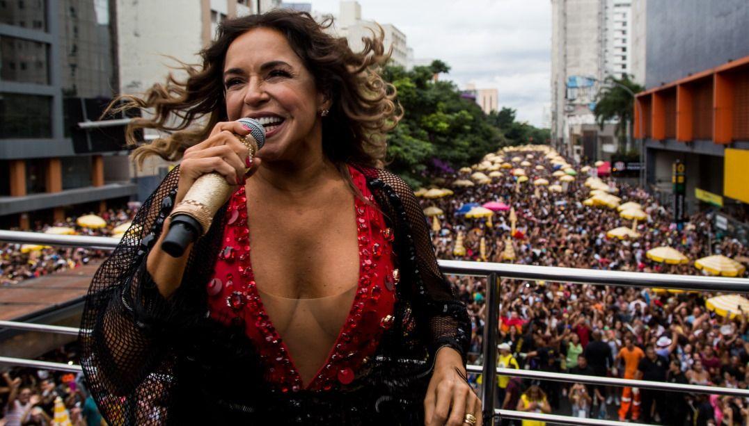 Daniela Mercury agita foliões nas ruas de São Paulo