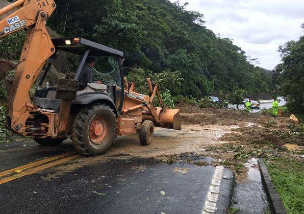 Mogi-Bertioga segue interditada 3 dias após queda de barreira