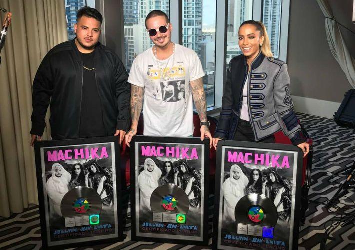 Anitta chora após cantar em premiação nos EUA: 'Disseram que não conseguiria'