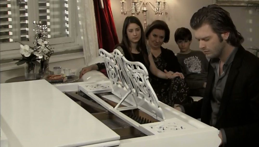 Ator que interpreta Behlul também toca piano na vida real