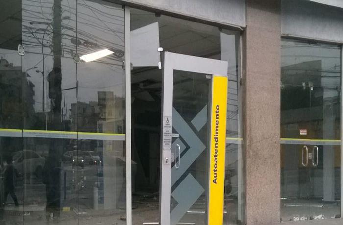Os vidros da agência ficaram estilhaçados /  (Foto: Ouvinte BandNews FM)
