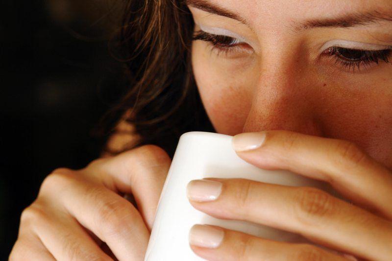 Resultado de imagem para mulher a beber café