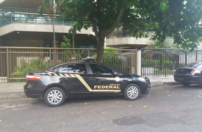 Viatura da Polícia Federal em um endereço na Barra da Tijuca  / (Foto: Thaiana de Oliveira)