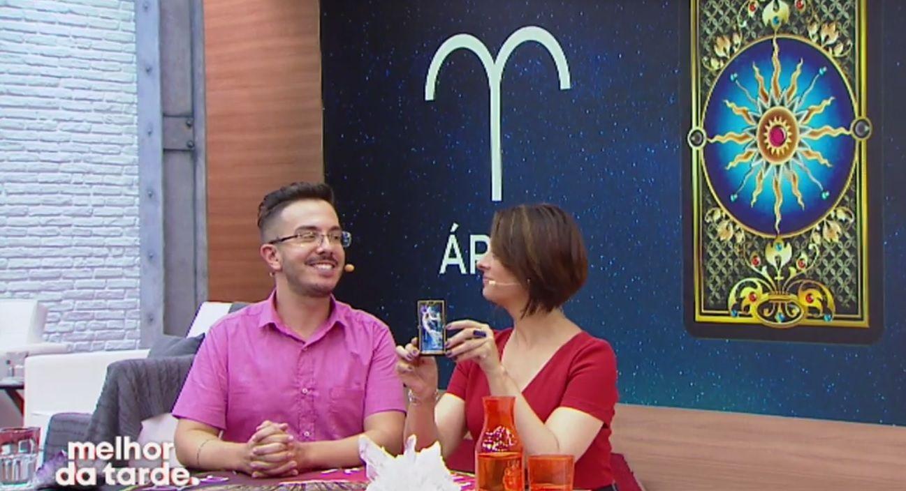 Catia Fonseca e André Mantovanni lendo tarot / Divulgação