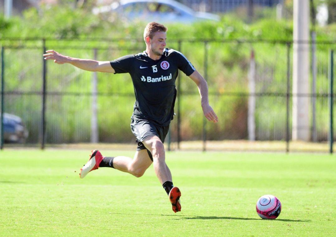 Klaus deixa treino e pode desfalcar o Inter no Gre-Nal
