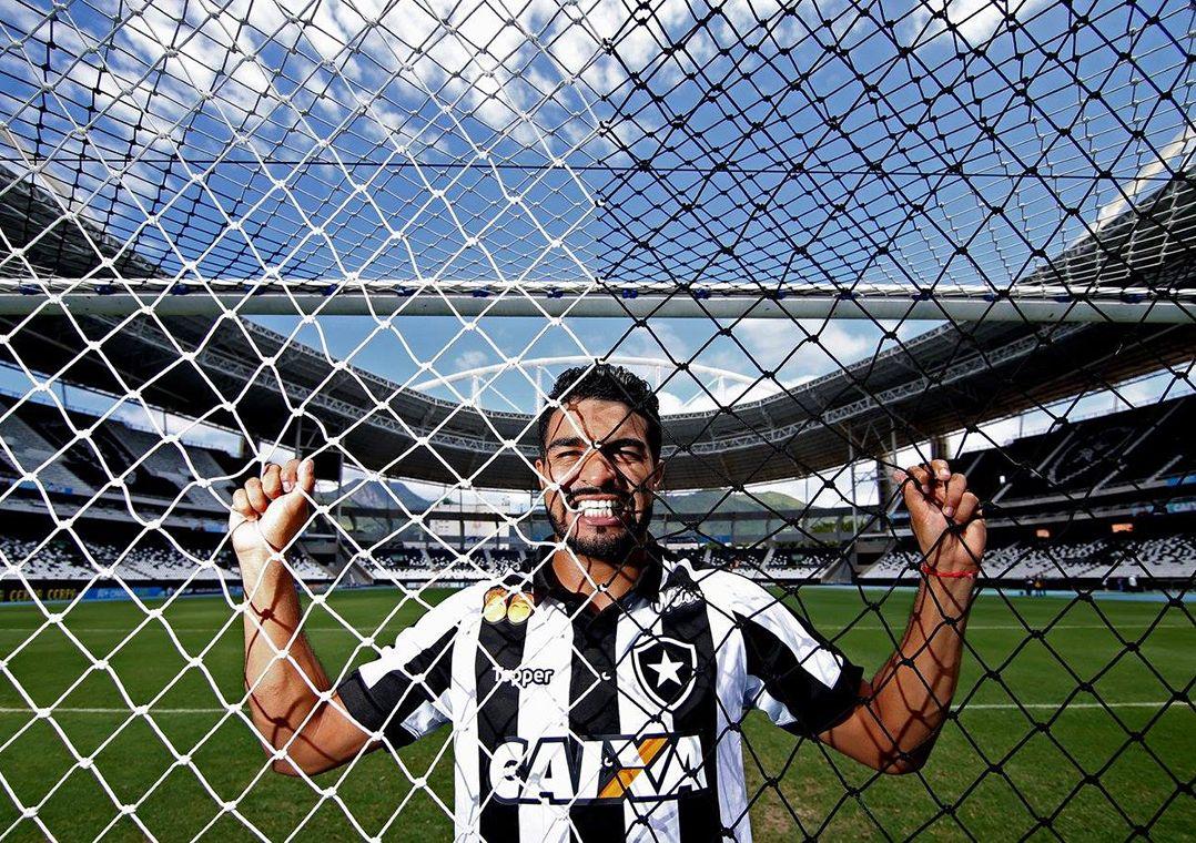 Rodrigo Aguirre foge de comparação com Loco Abreu no Botafogo