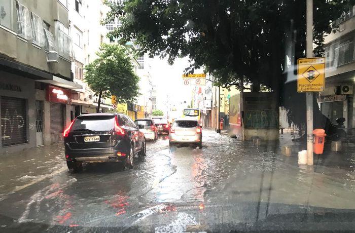 Temporal deixa diversas ruas alagadas na Zona Sul