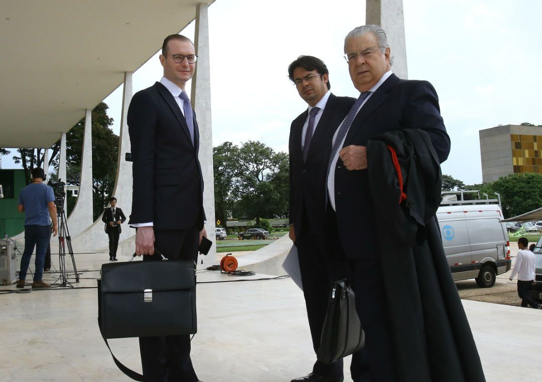 Advogados que atuam na defesa do ex- presidente Luiz Inácio Lula da Silva, entre eles José Roberto Batochio e Cristiano Zanin Martins