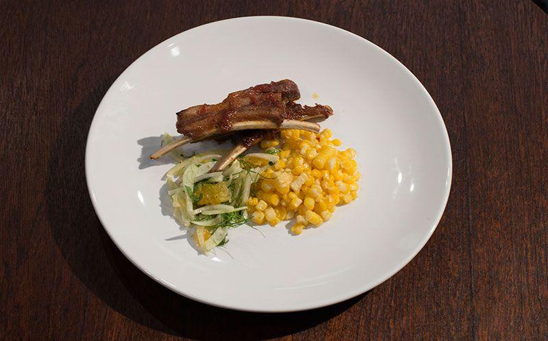 Costela de porco com milho e salada de erva doce