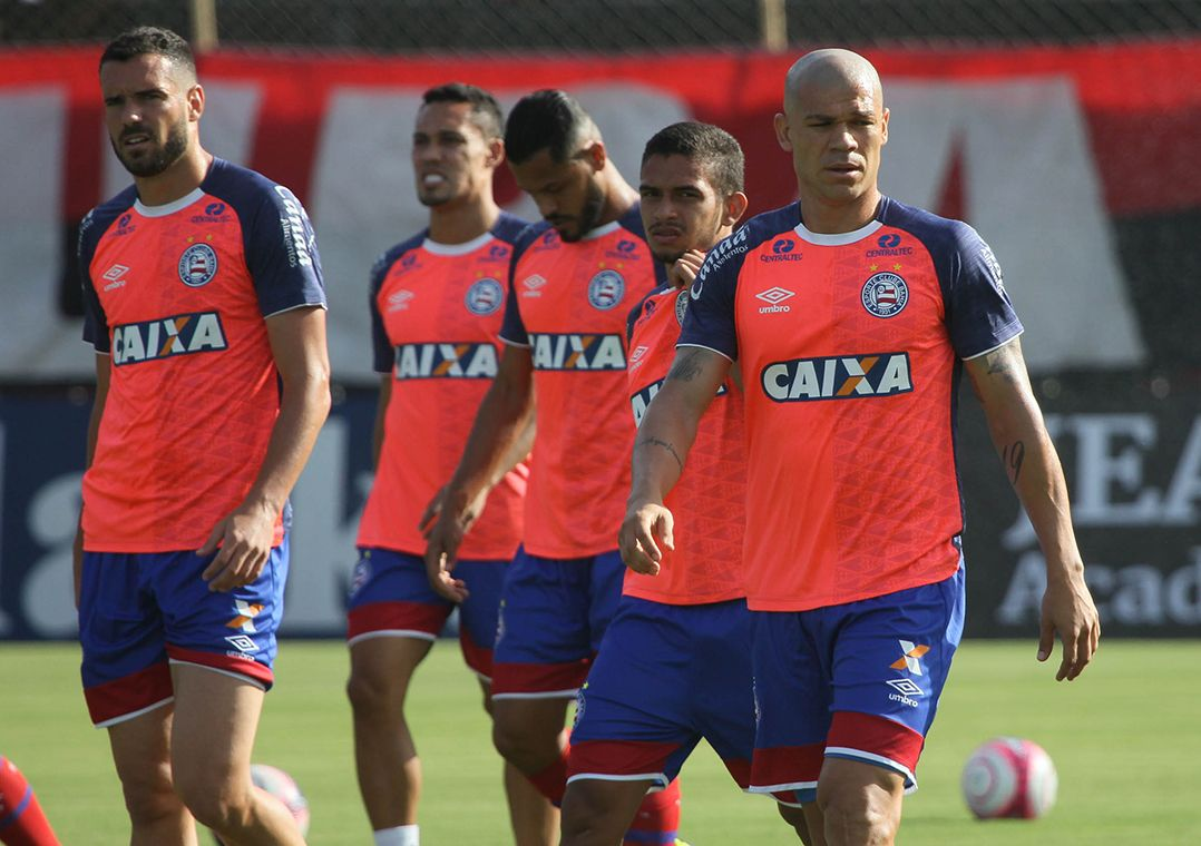 Ônibus do Bahia é apedrejado na chegada ao Barradão - Band.com.br fac1c02594f4d