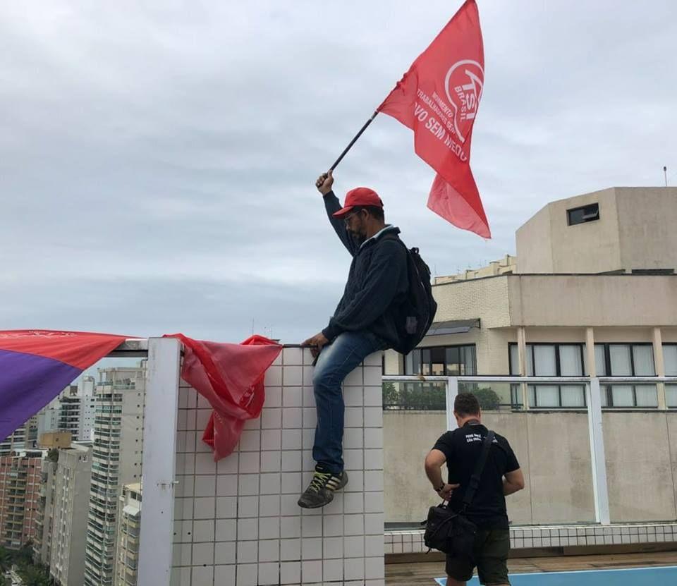 Em foto publicada por Boulos no Facebook, manifestante aparece com bandeira do MTST no tríplex de Lula no Guaruj¿¿