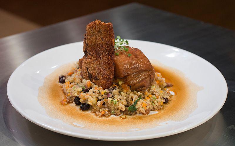 Amado Barriga de porco, cuscuz marroquino com vegetais e pururuca  ZB44