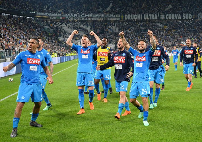 Napoli marca no fim, bate a Juventus e fica a 1 ponto da liderança