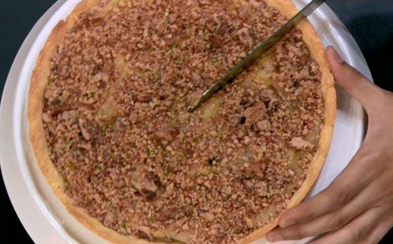 Torta de pera com creme de cardamomo e crumble de noz pecan