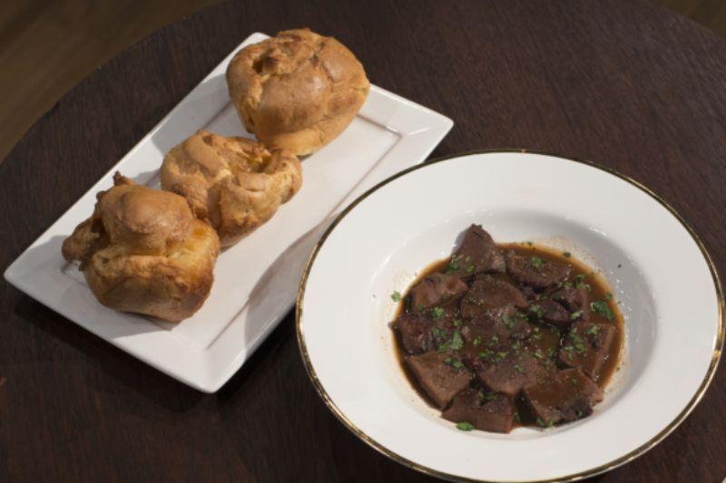 Língua de porco com molho de vinho e yorkshire puddings