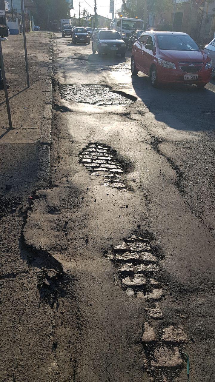 O ouvinte Gastão enviou fotos de buracos na rua 25 de fevereiro  / Gastão Wagner