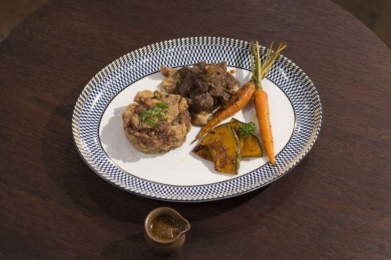 Carne de panela com farofa de banana e pancetta e legumes assados
