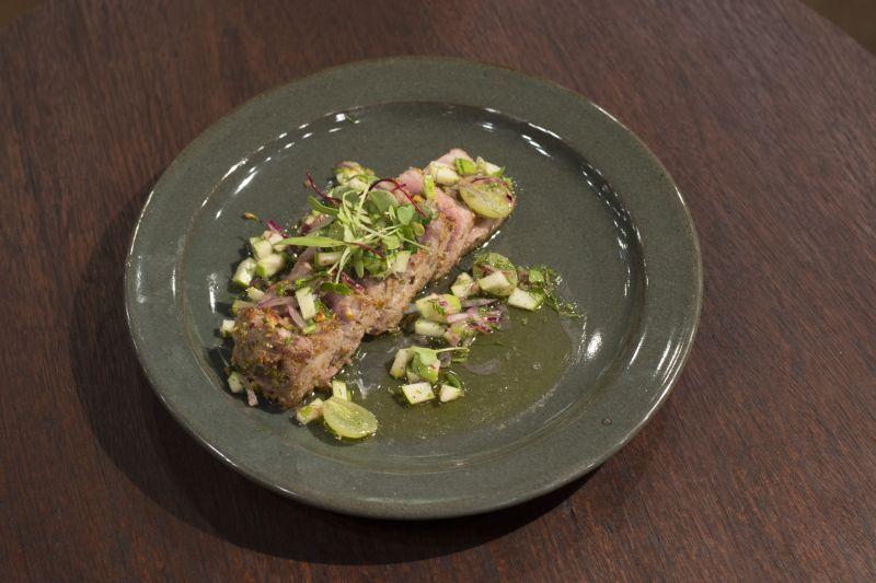 Atum selado com pistache e vinagrete
