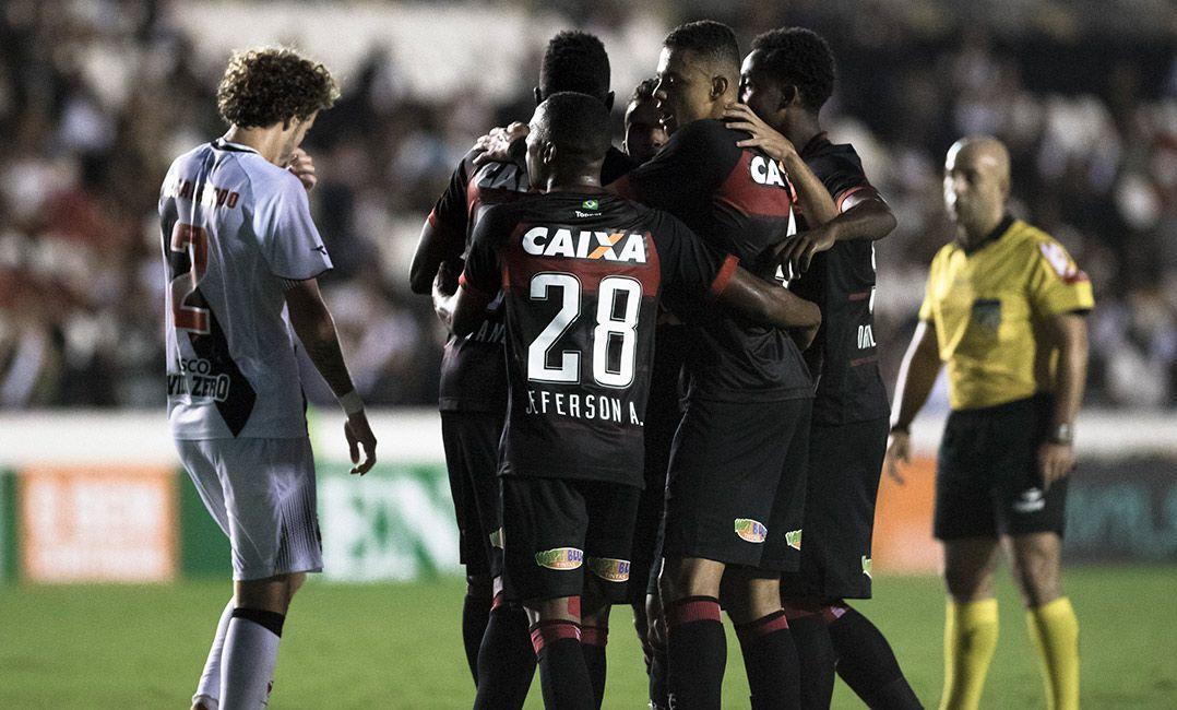 cc50bf6137 Vitória conseguiu o triunfo jogando em São Januário (Foto  Jorge  Rodrigues Eleven Estadão Conteúdo)