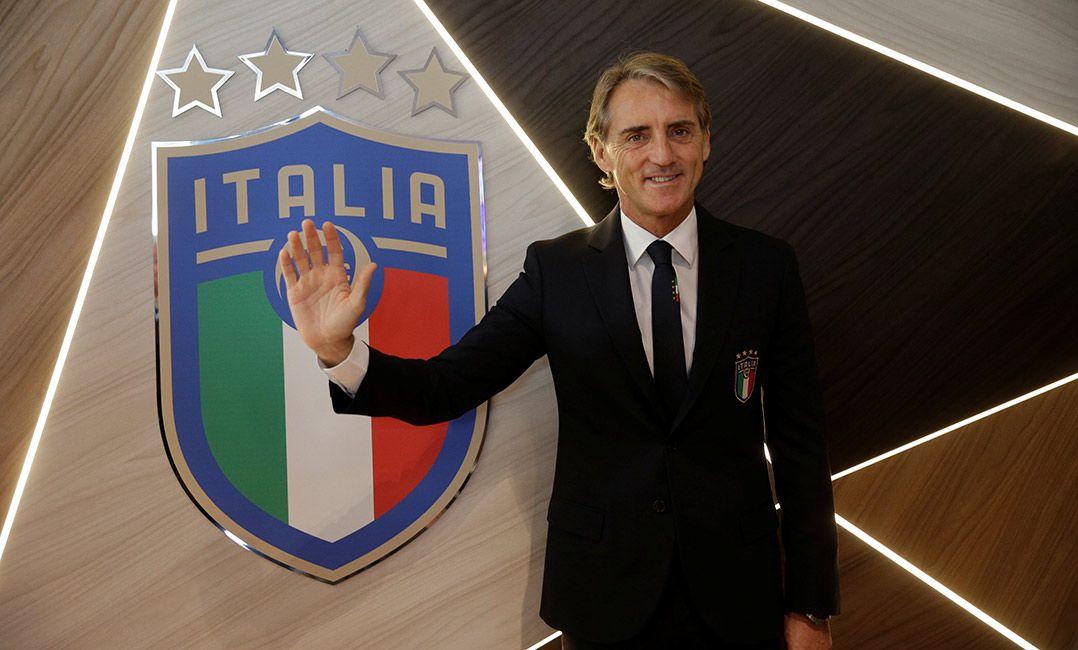 Mancini conversa com Buffon e espera contar com o veterano na seleção