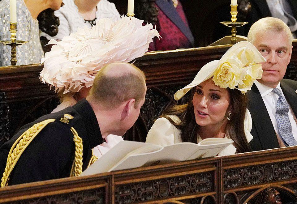 7a3a51a0e2623 Rainha Elizabeth II se apresentou à cerimônia com um casaco tweed de seda