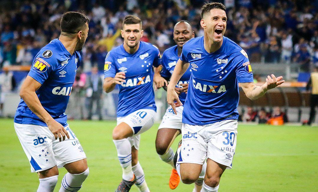 Cruzeiro bate o Racing no Mineirão e avança como líder da chave