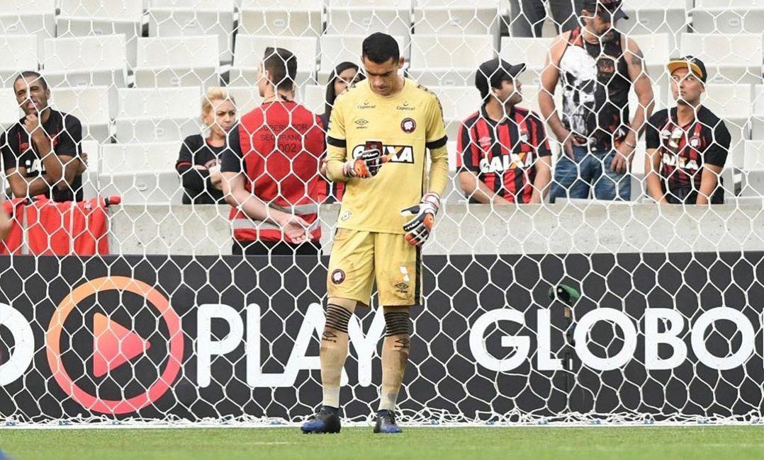 Goleiro do Atlético-PR será julgado por uso de celular em campo