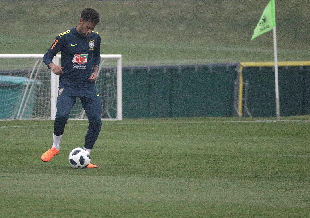 Com Neymar em campo, seleção faz treino com bola na Granja Comary