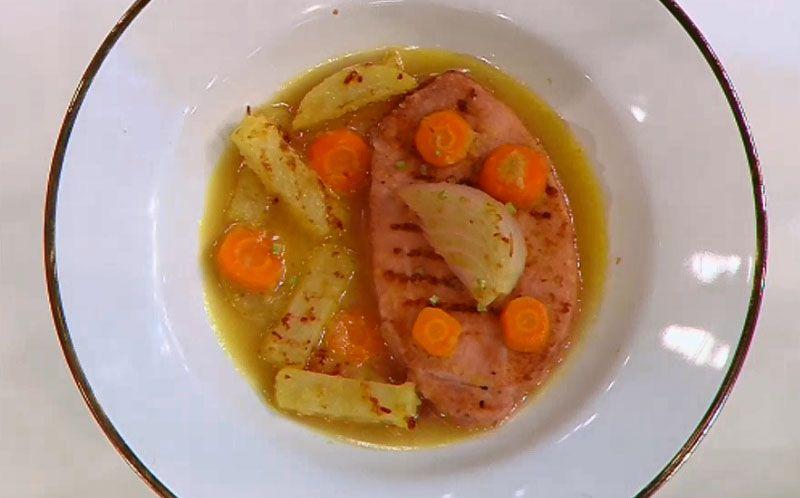 Bisteca defumada com caldo de maçã e legumes