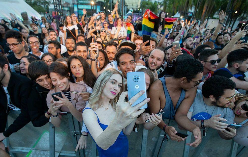 Depois, atrizes e atores tiraram foto com os fãs que estavam no local