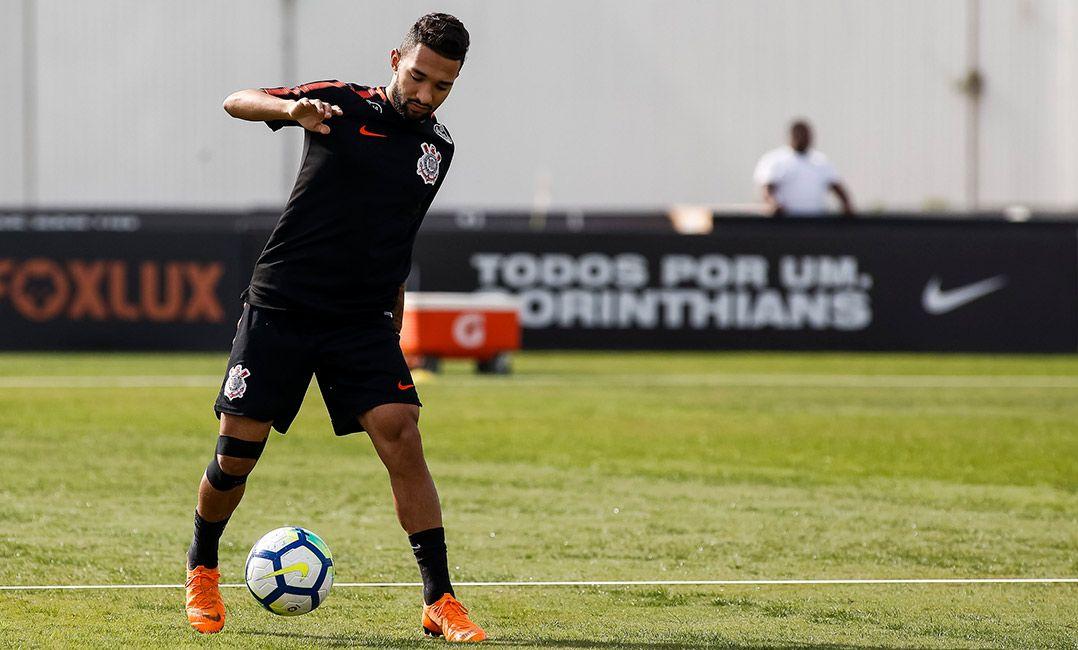 Clayson sente desconforto em treino e vira dúvida no Corinthians