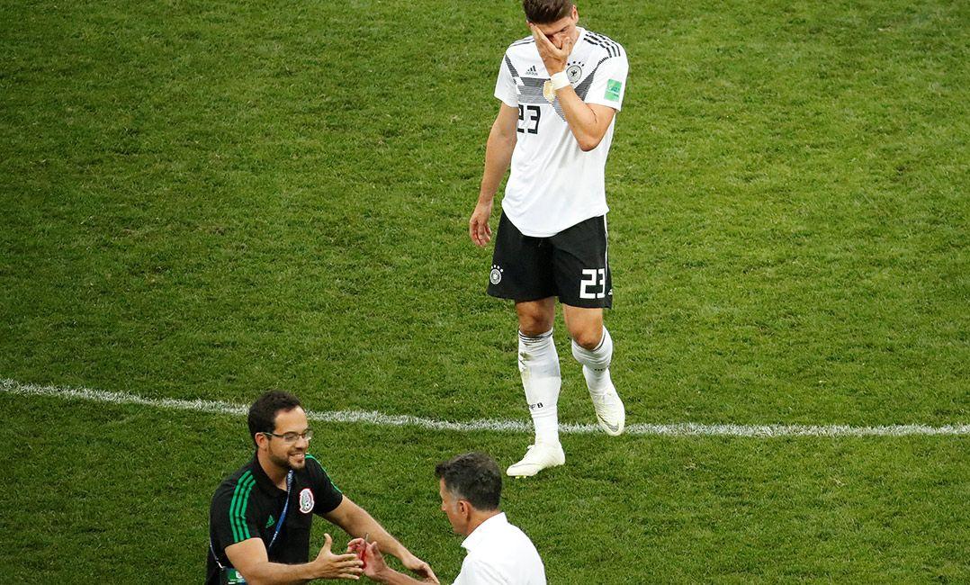 1b9777ef52506 Mario Gomez lamenta enquanto Osorio comemora o duelo (Foto  Christian  Hartmann Reuters). A Alemanha não é a única campeã mundial a naufragar ...