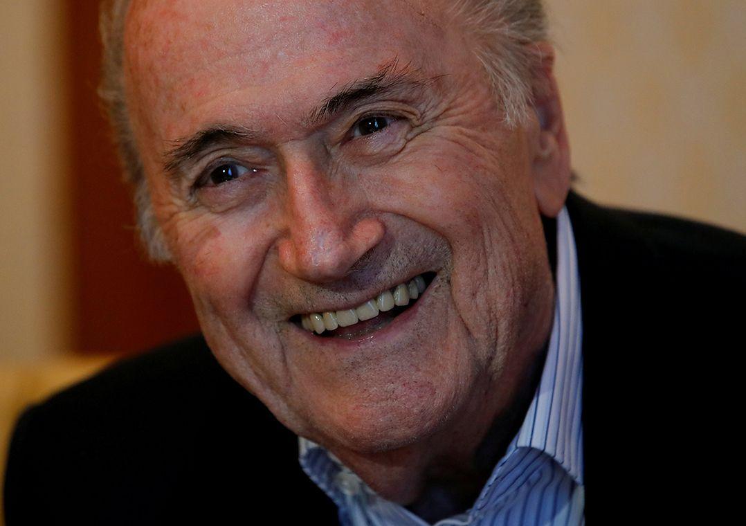 Desafiando suspensão, Blatter desembarca em Moscou