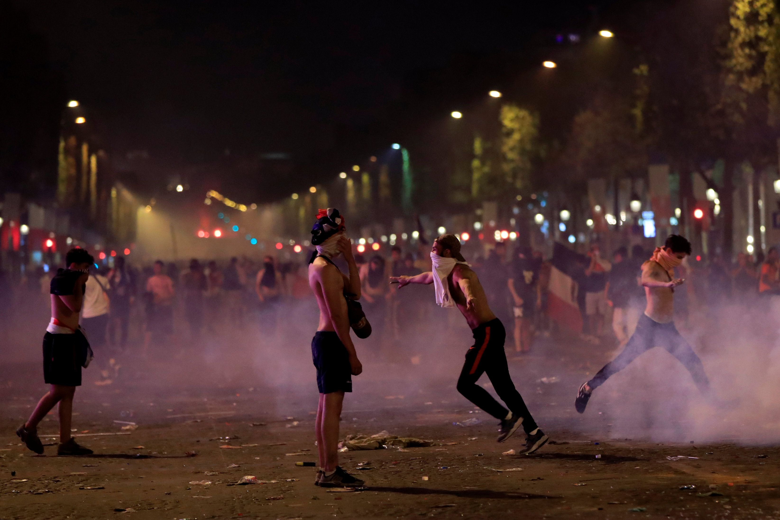Resultado de imagem para Festa do título da França tem depredação e confronto entre torcedores e policiais em Paris