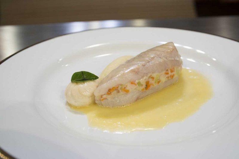 Paupiette de pescadinha pochée, emulsão e quenele de batata
