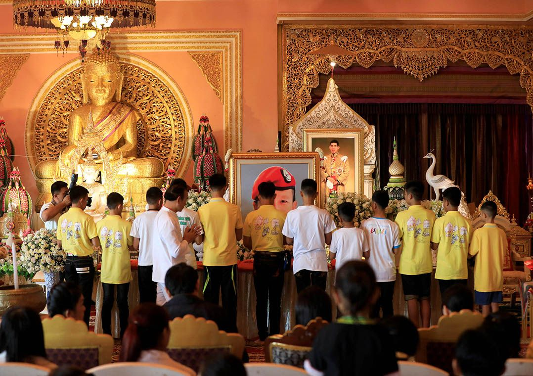 Recuperados, jovens tailandeses visitam templo budista