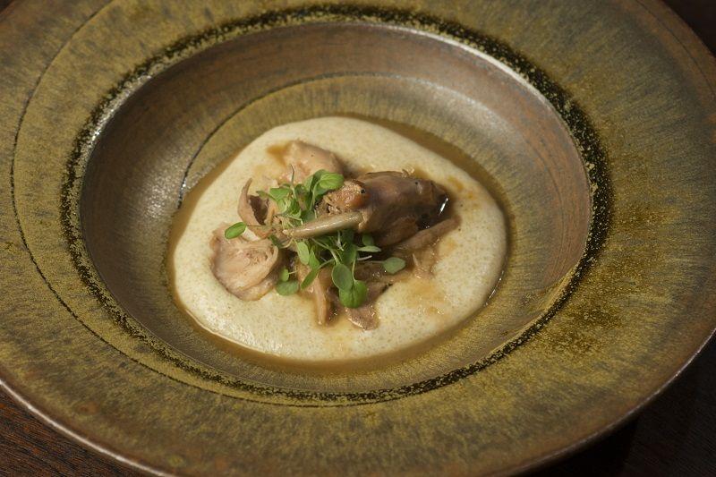 Ragu de coelho com pirão de leite e brotos de agrião
