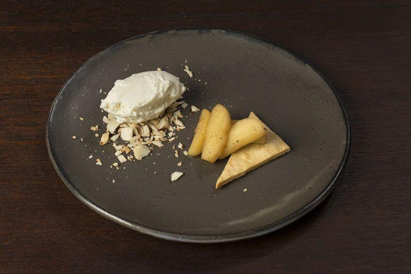 Torta de maçã com especiarias e sorvete de conhaque