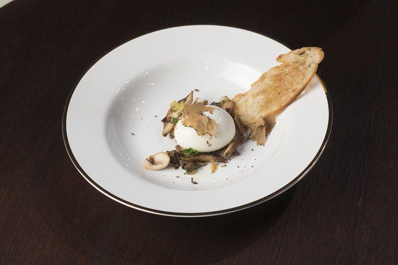 Ragu de cogumelos com ovo mollet e trufas